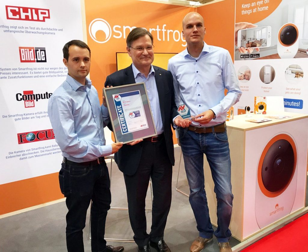 Charles Fränkl, CEO at Smartfrog, receives the AV-TEST certificate fort the Smartfrog IP Camera.