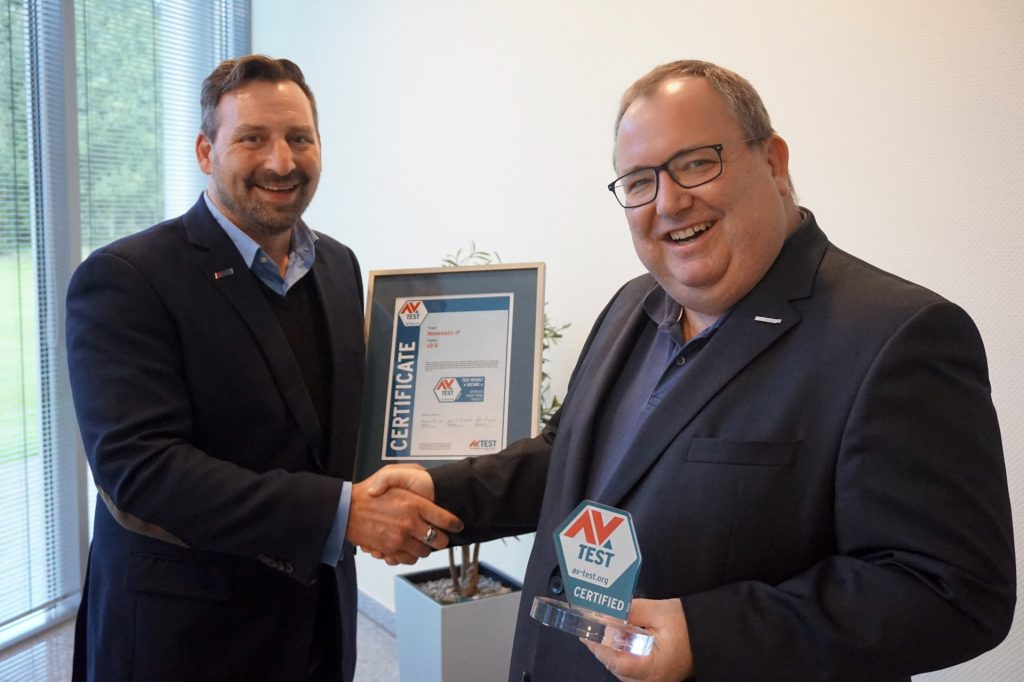 Bernd Grohmann, Executive Vice President and CEO of eQ-3, takes the certificate for the HomeMatic IP platform from Olaf Pursche, CCO at AV-TEST.