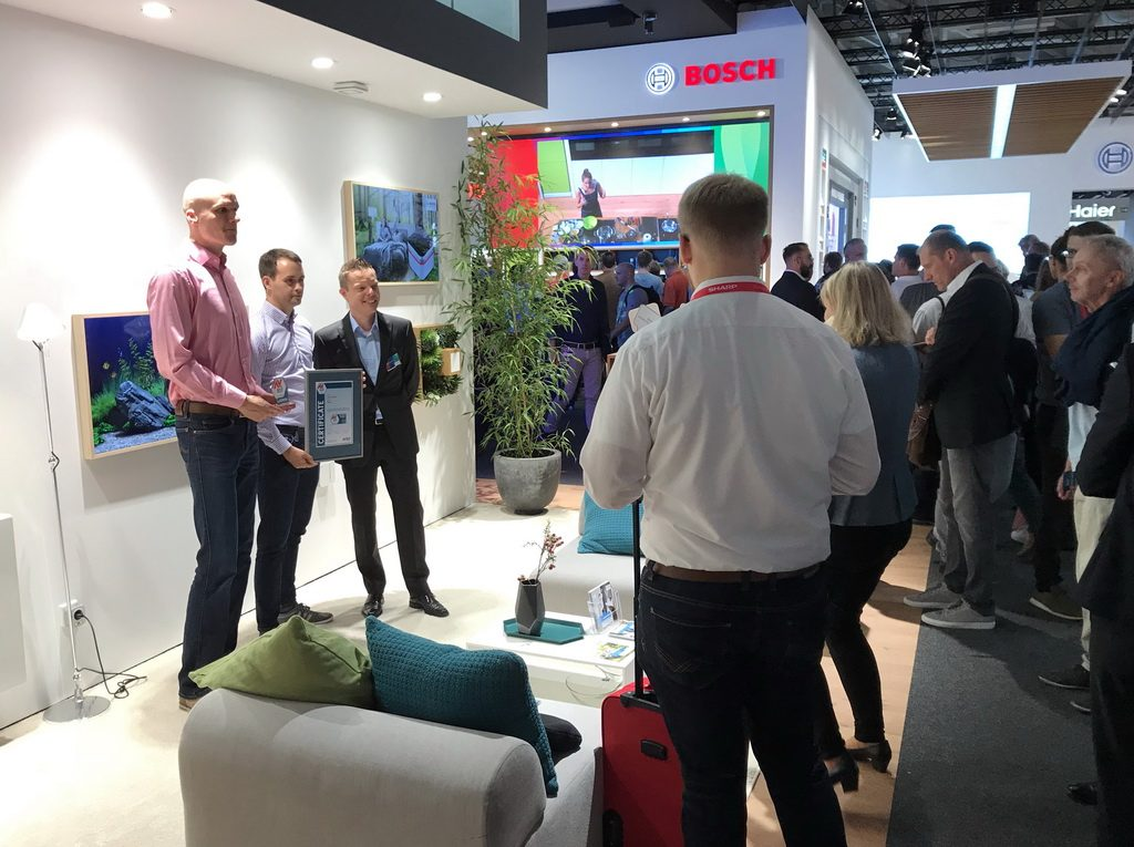 The IFA visitors showed great interest in secure smart home products at the Bosch booth. Heiko Fuellemann, Director Portfolio Management Bosch Smart Home, receives the certificate from Maik Morgenstern and Eric Clausing, Director of IoT-Labs from AV-TEST.