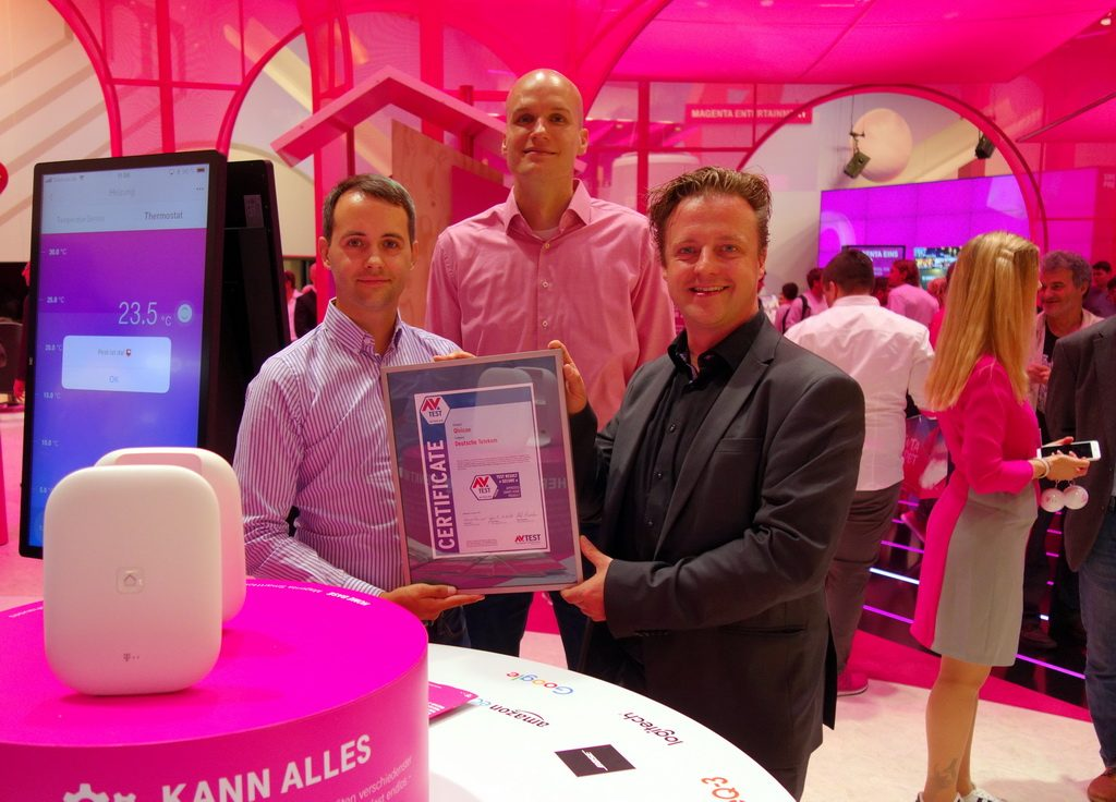 Deutsche Telekom AG has been entrusting the IT security of its products to AV-TEST experts since the very beginning. Dominik Knortz, Head of Consumer IoT Hardware, receives the certificate for the re-passed test.