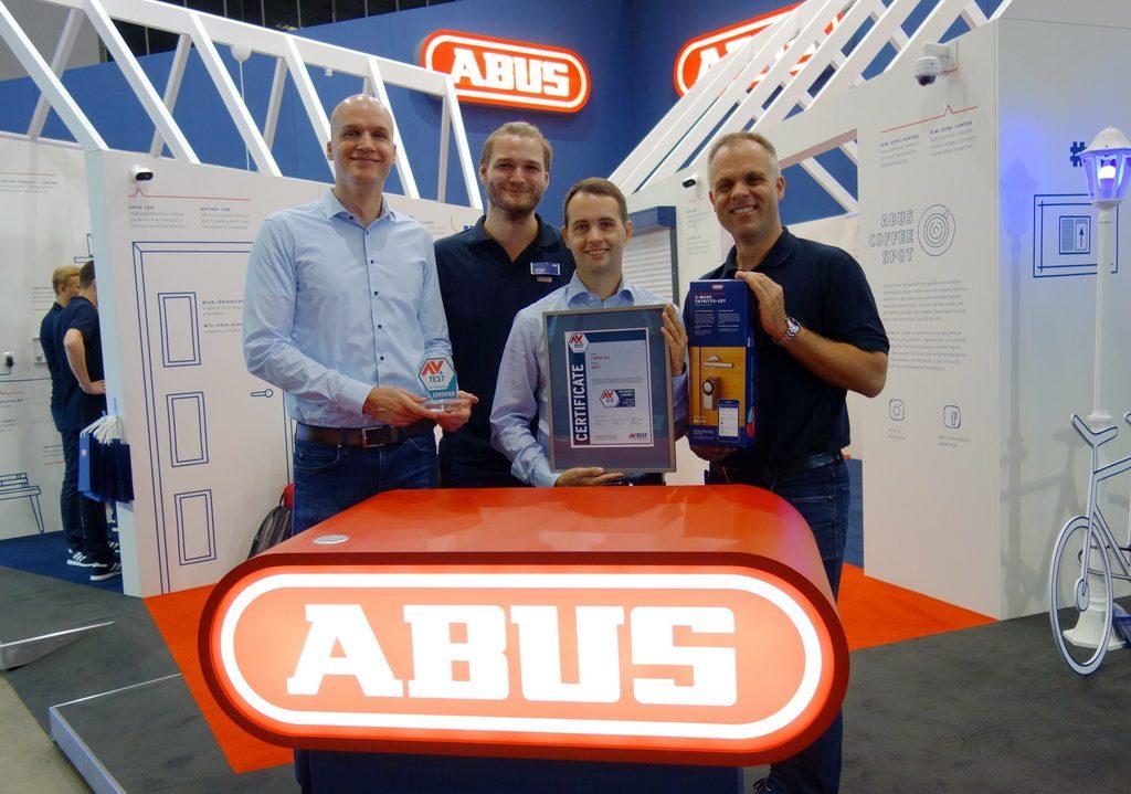 Hohe Sicherheitsstandards - belegt durch umfangreiche Tests - bescheinigt das AV-TEST Institut den Sicherheitslösungen von ABUS. Dafür bekam der Hersteller das Zertifikat für sichere IoT-Produkte überreicht.