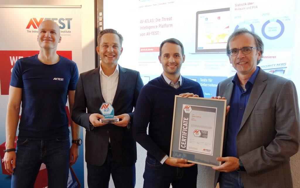 Vororttermin: Marcel Schüll, Public Relations Manager Devolo AG und Ralf Tschiersch, Produktmanager Home Control, devolo AG erhielten die Zertifikatsurkunde vor Ort und besichtigen die IoT-Labs des AV-TEST Instituts.